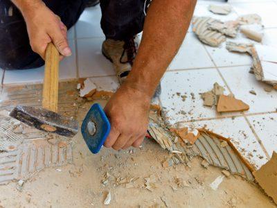 Kaputte Fliesen bei der Renovierung eines Badezimmers. Umbau und Erneuerung im Wohnbereich.